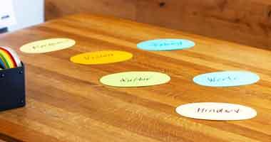 farbige Karten liegen auf einem Tisch mit verschiedenen Wörtern